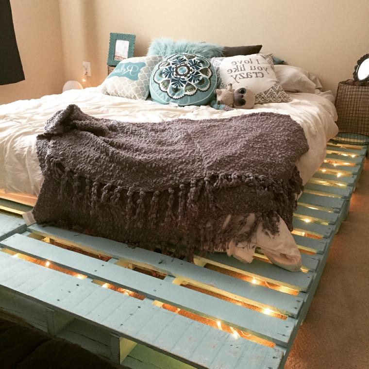 riciclo-creativo-pallet-bancali-colorati-azzurro-letto-matrimoniale-luci-fondo