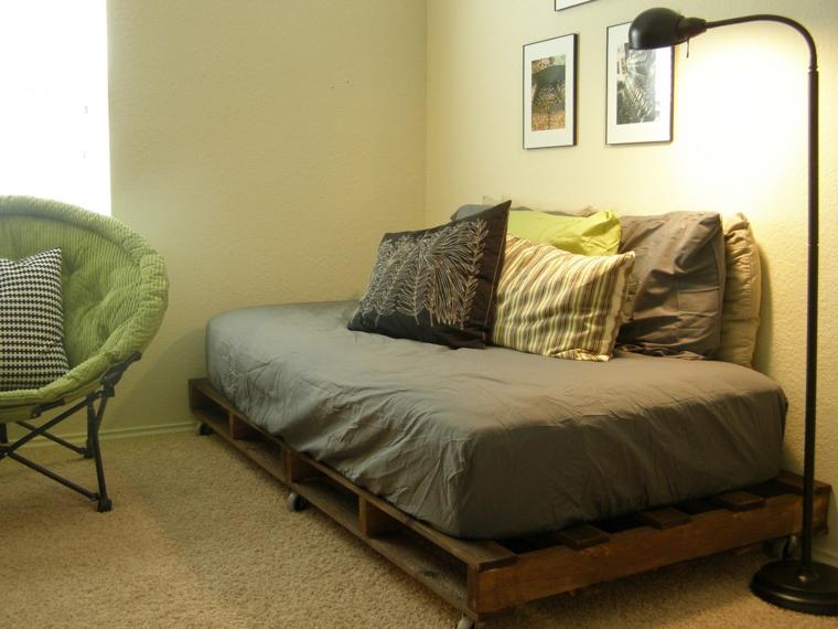 riciclo-creativo-pallet-idea-realizzare-divano-soggiorno-materasso-cuscini