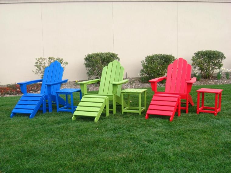 riciclo-creativo-pallet-sdraio-braccioli-tavoli-quadrati-colori-diversi-arredare-giardino