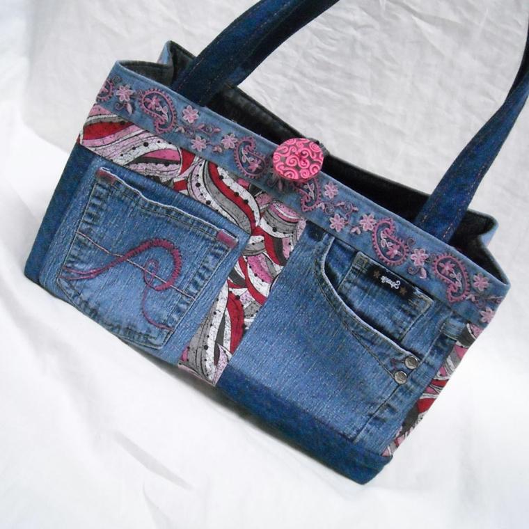 riciclo-creativo-stoffa-borsa-realizzata-vecchi-jeans-alcune-decorazioni-aplicate-bottone-rosa
