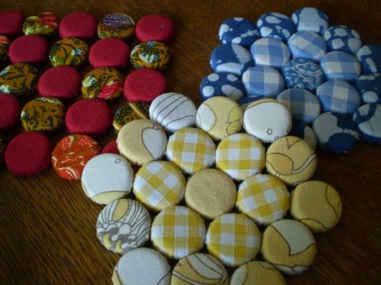 riciclo-creativo-stoffa-bottoni-ricoperti-vecchia-stoffa-colorata-dare-forma-vari-soggetti