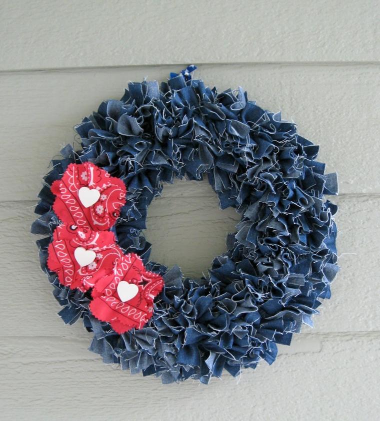 riciclo-creativo-stoffa-decorazione-porta-ritagli-vecchi-jeans-arricciati-incollati-struttura-rotonda