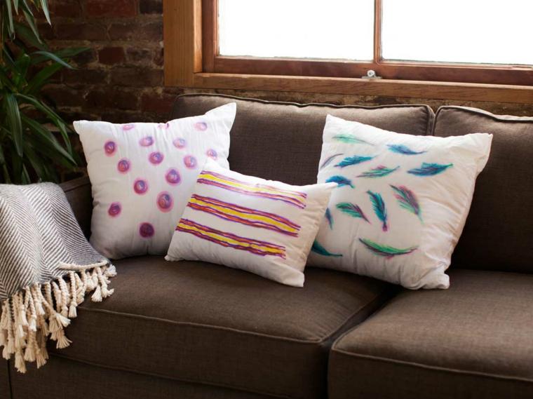 riciclo-creativo-stoffa-fodere-cuscini-piume-righe-cerchi-colorati-sfondo-bianco