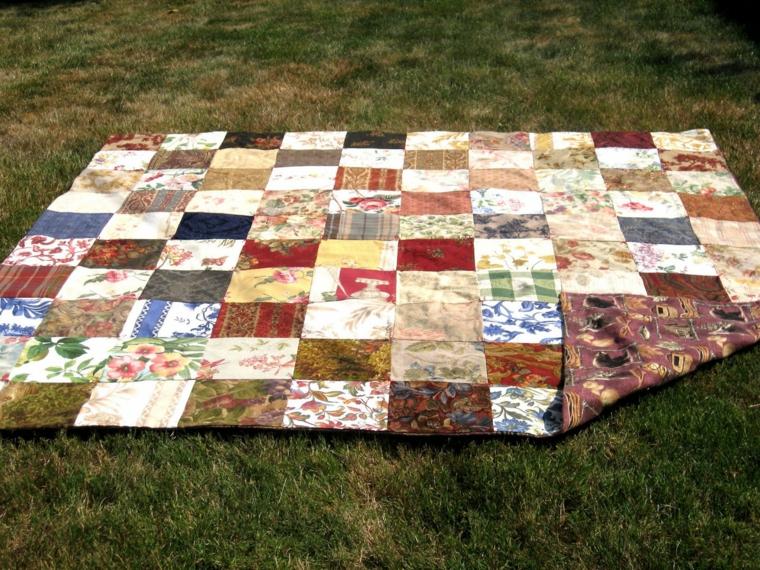riciclo-creativo-stoffa-grande-plaid-quadrati-vecchie-tovaglie-cuciti-uno-vicino-altro
