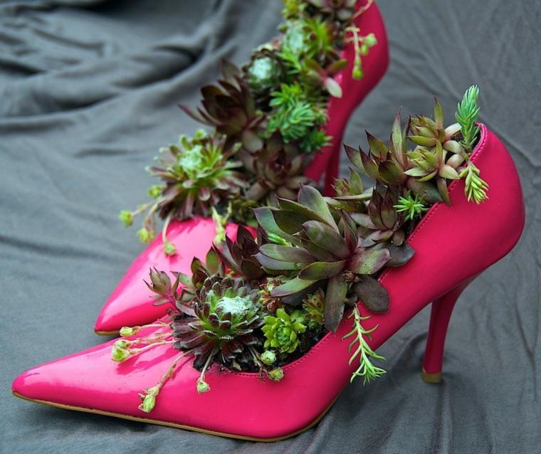riciclo-creativo-vaso-scarpe-fucsia-tacco-interno-piante-grasse-varie-specie