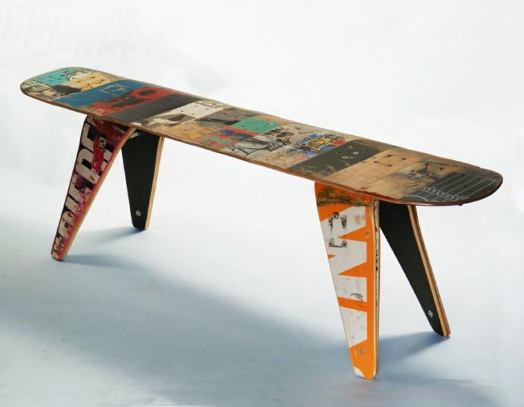 riciclo-creativo-vecchia-tavola-snowboard-trasformata-tavolino-colorato-sostegni-legno-usato