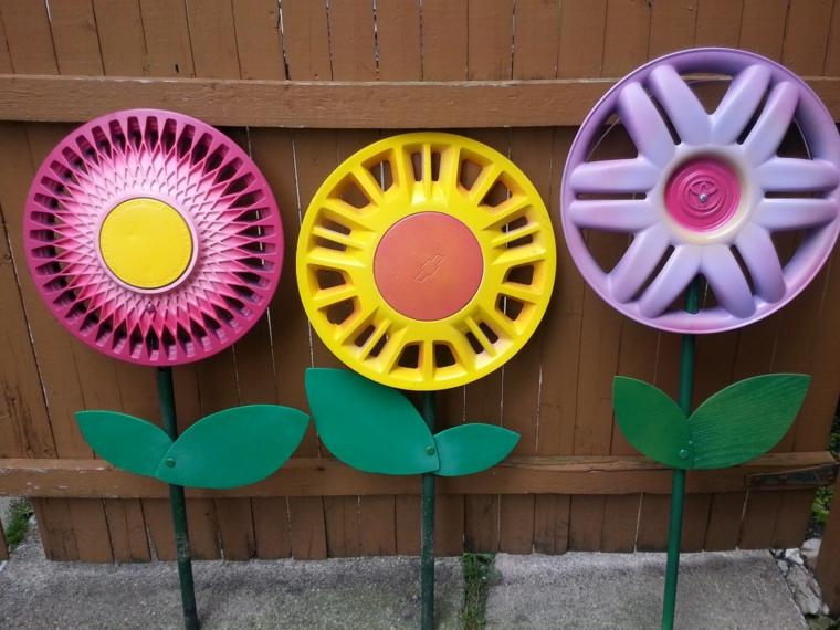 riutilizzo-creativo-fiori-colorati-cerchioni-macchina-foglie-gambo-decorazioni-esterno