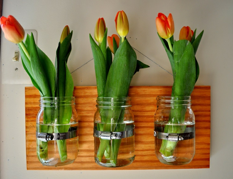 riutilizzo-creativo-fioriere-fai-da-te-barattoli-vetro-applicato-asse-legno
