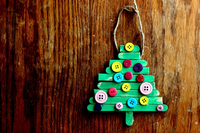 riutilizzo-creativo-idee-natale-fai-da-te-bastoncini-ghiaccioli-bottoni-colorati-assa-legno
