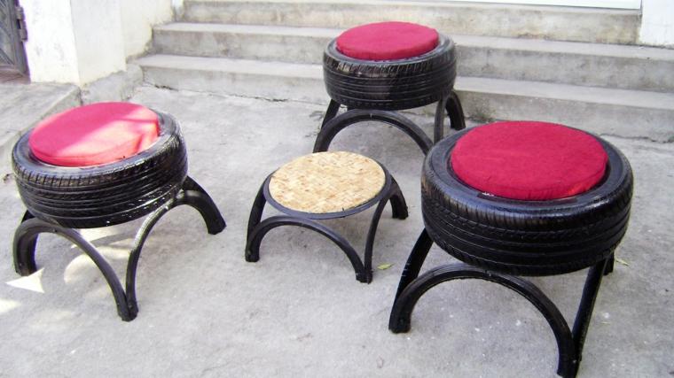 riutilizzo-creativo-vecchi-pneumatici-lucidati-sedute-tavolino-esterni-cuscini-colorati