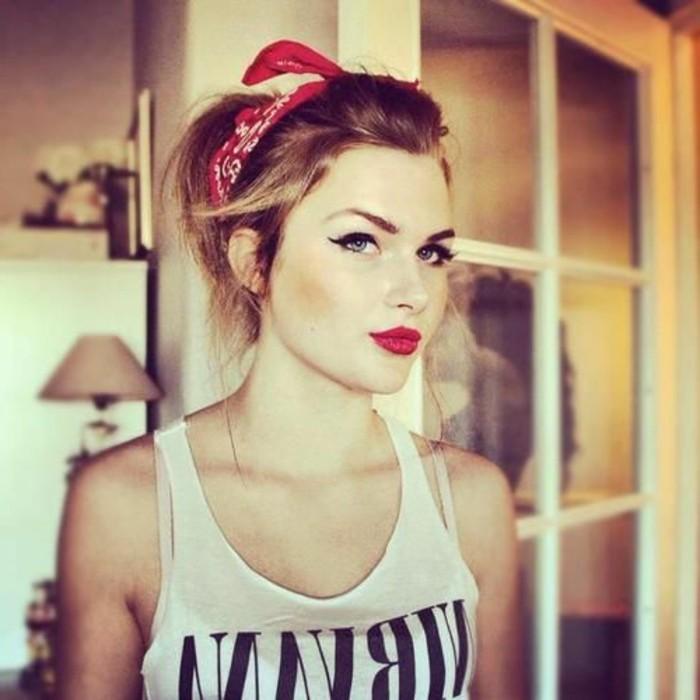 rockabilly-acconciatura-fai-da-te-donna-capelli-chiari-fascia-rossa