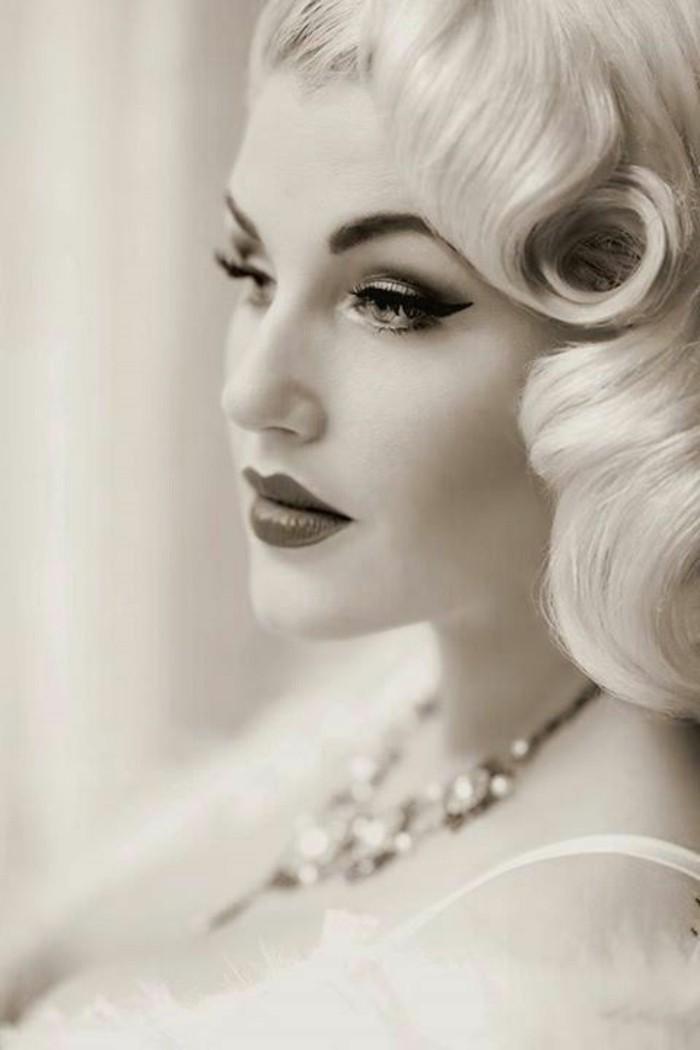 rockabilly-acconciatura-pin-up-donna-capelli-biondi-trucco-collana-gioiello-immagine-bianco-nera
