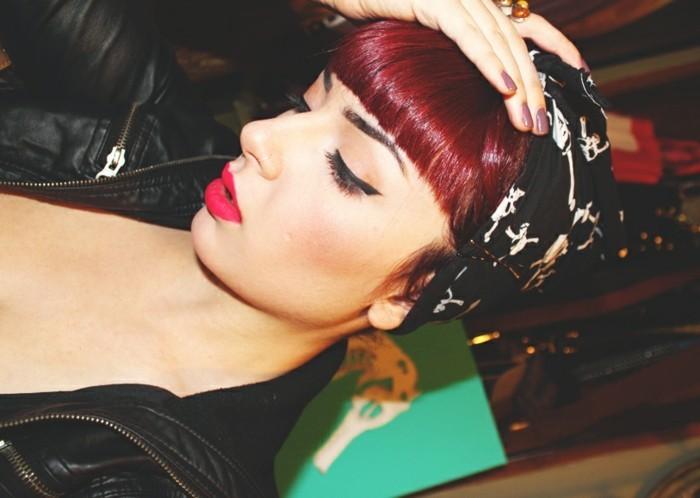 rockabilly-capelli-anni-50-donna-colore-rosso-viola-frangia-fascia-nera-giacca-pelle