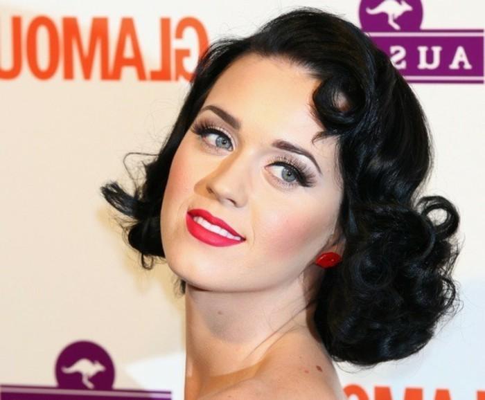 rockabilly-stile-donna-capelli-medio-lunghi-colore-nero-abbinati-rossetto-orecchini-rossi