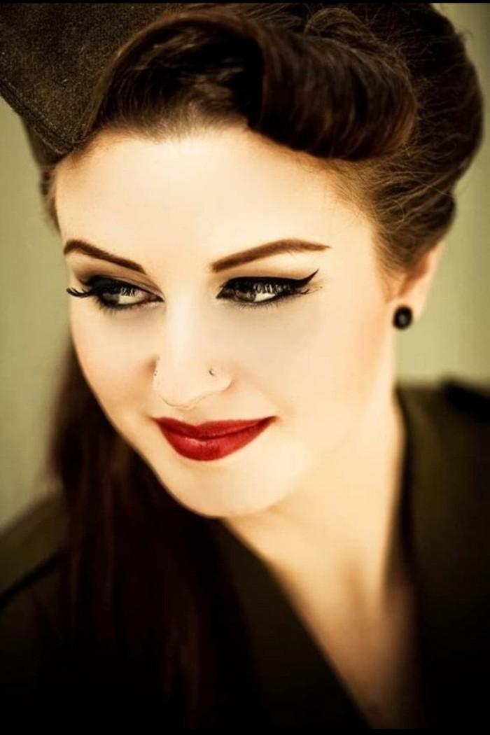 rockabilly-stile-donna-capelli-neri-lunghi-sorriso-trucco-pesante-orecchini-neri