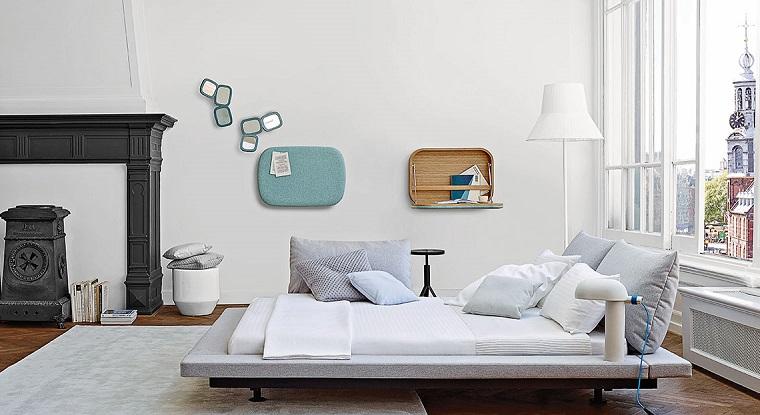 stanze-da-letto-idea-letto-basso-decorazioni-parete-legno-camino-finestre-specchi-piccoli