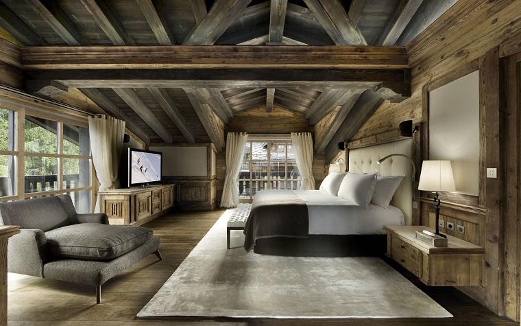staze-da-letto-idea-stile-rustico-comodino-sospeso-poltrona-grigia-tessuto-travi-a-vista-soffitto