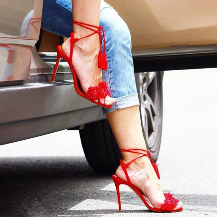 tacchi-alti-estivi-colore-rosso-abbinamento-jeans-chiari-stile-vintage-look-casual-chic