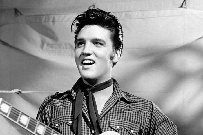 tentenza-anni-50-uomo-capelli-pompadour-rockabilly-cantante-elvis-presley-immagine-bianco-nera