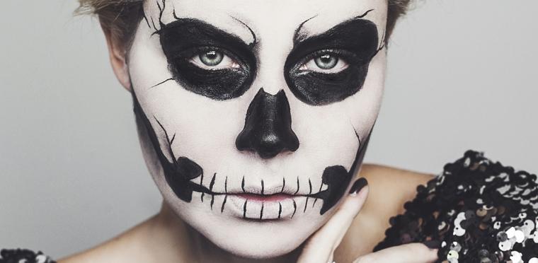 travestimentk-halloween-donna-viso-bianco-bocca-cucita-smalto-nero-smokey-eyes