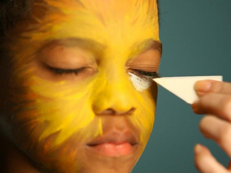 trucchi-halloween-bambino-base-gialla-colori-viso-spugnetta-trucco-bianca