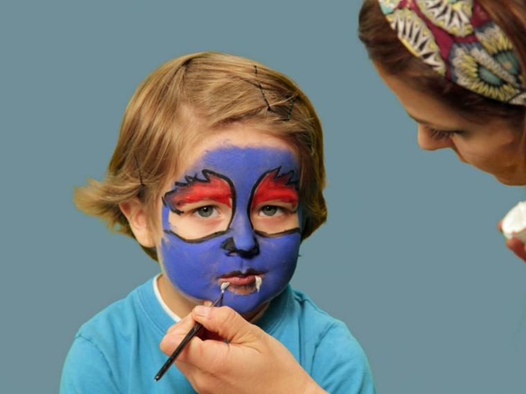 trucchi-halloween-bambino-base-viso-colore-blu-sopracciglia-rosse-denti-vampiro
