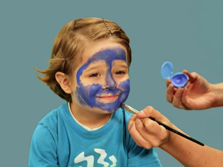trucchi-halloween-bambino-colori-per-viso-pittura-blu-pennello-capelli-biondi