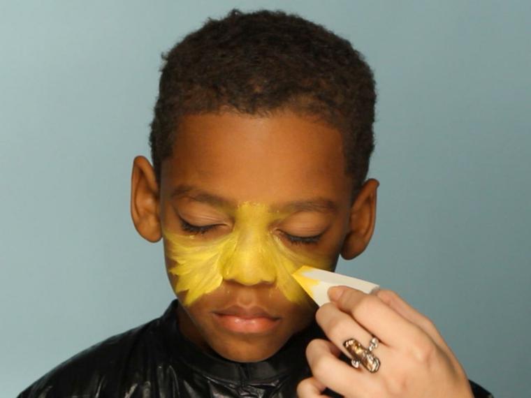 trucchi-halloween-bambino-travestito-leone-colori-viso-giallo-spugnetta-trucco-bianca