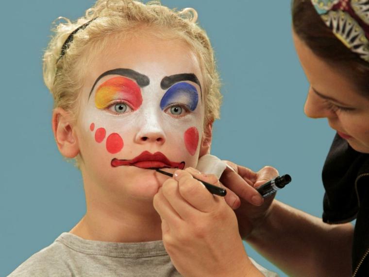 trucchi-semplici-per-halloween-bambina-bocca-rossa-punti-rossi-faccia-sopracciglia-nere-disegnate