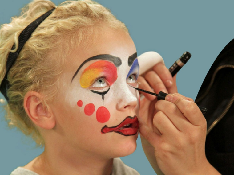 trucchi-semplici-per-halloween-bambina-clown-bocca-rossa-ombretto-colorato