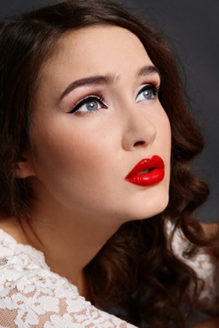 trucco-donna-semplice-eyeliner-nero-mascara-ciglia-sopracciglia-rossetto-rosso-abbinato-capelli-castani-ricci