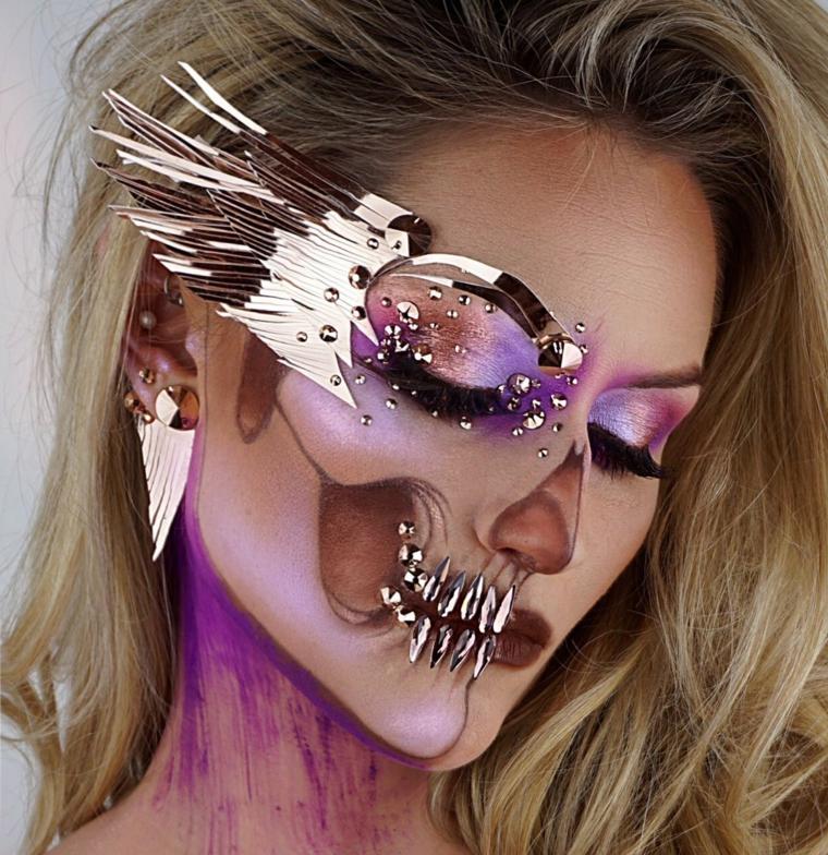 trucco-halloween-scheletro-donna-viso-decorazione-occhio-piume-collo-viola
