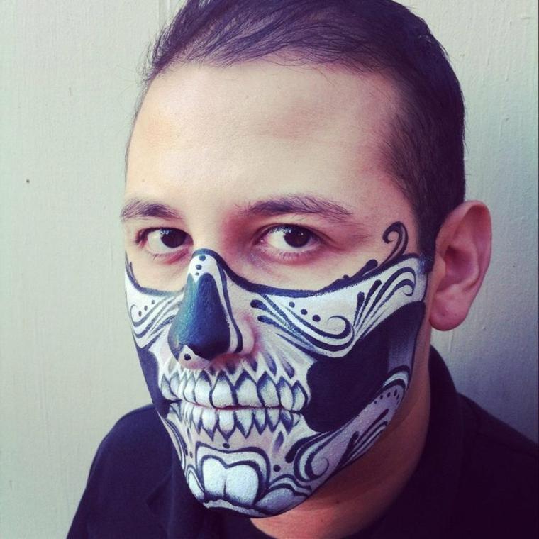 trucco-uomo-halloween-metà-viso-scheletro-matita-nera-vestito-nero