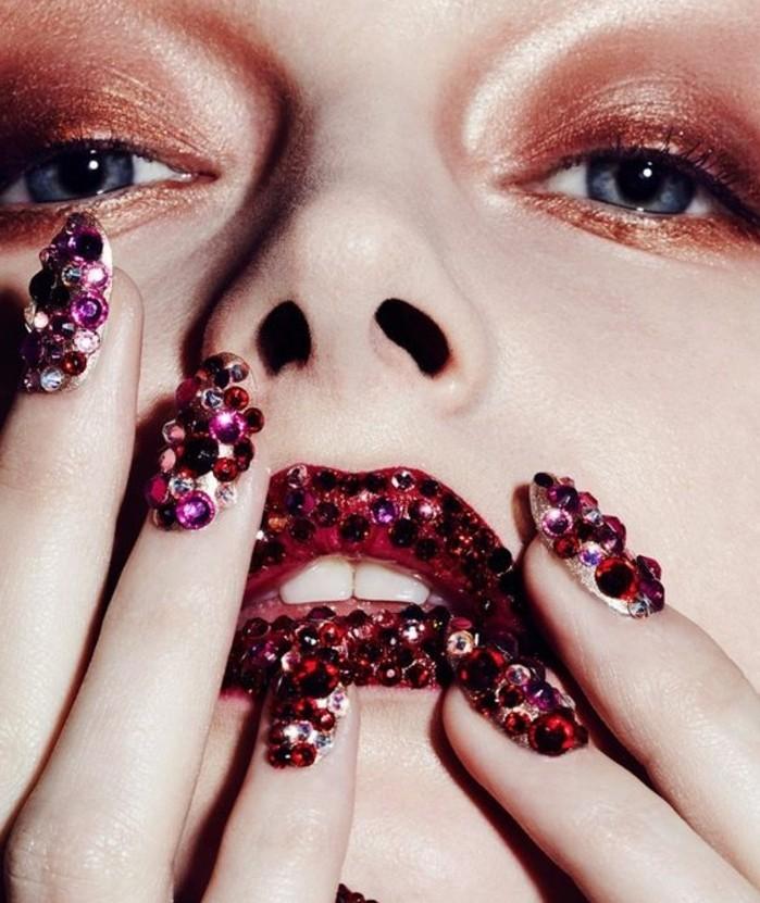 unghie-brillantini-colri-scuri-bordeaux-blu-tutte-dita-labbre-effetto-glamour