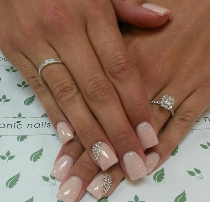 unghie-decorate-brillantini-dimensioni-ridotte-lato-anulare-base-color-rosa-baby-lucido-elegante