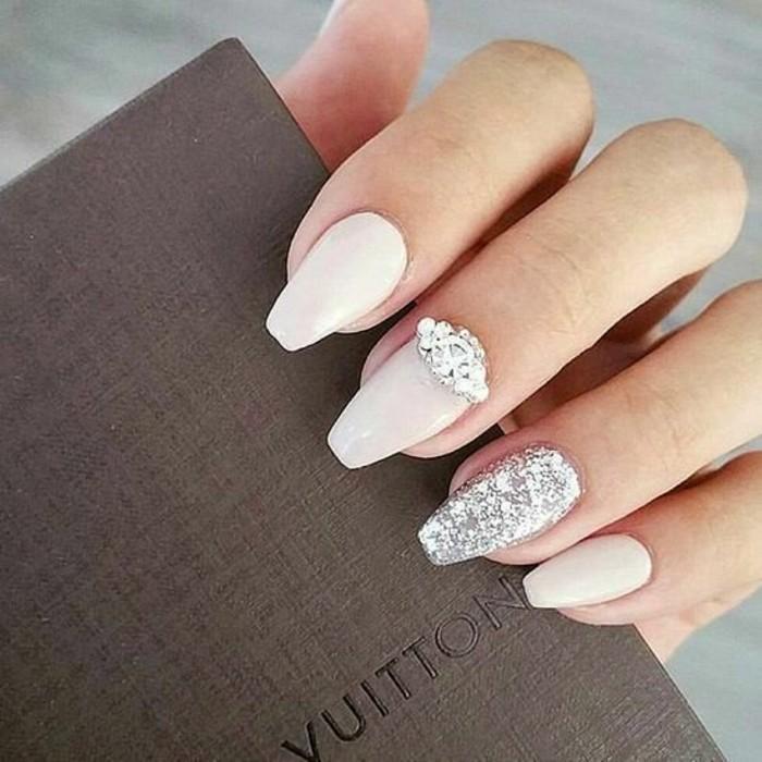 unghie-decorate-brillantini-tutto-anularre-parte-alta-medio-base-smalto-rosa-baby-opaco