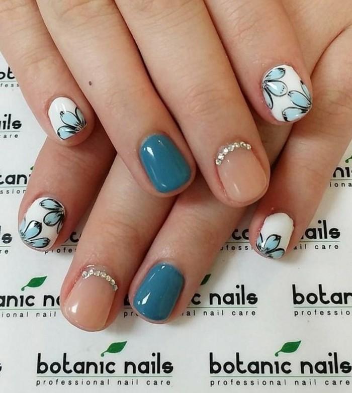 unghie-decorate-fila-brillantini-parte-cuticola-smalto-diversi-colori-blu-carne-bianco-fiori-azzurri