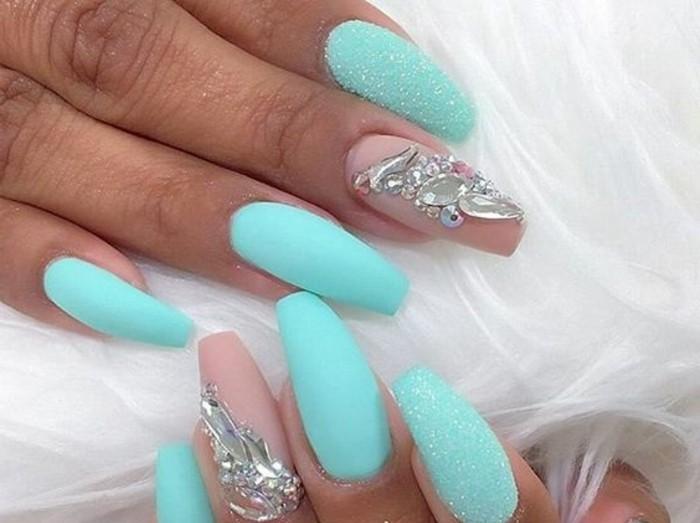 unghie-decorate-lunghe-pietre-brillantini-anulare-smalto-trasparente-altre-unghie-smalto-azzurro