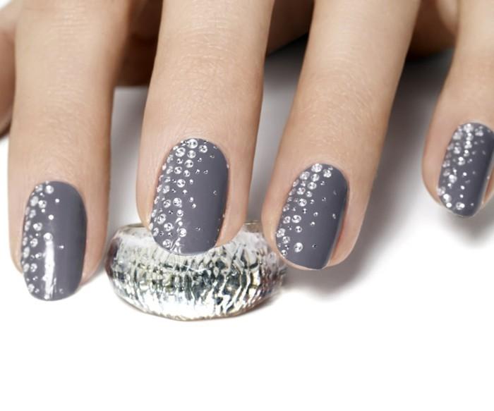 unghie-gel-brillantini-base-grigio-antracite-uniforme-brillantini-piccoli-zona-laterale-alto-verso-basso