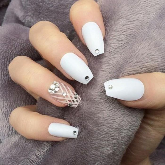 unghie-gel-brillantini-singoli-parte-bassa-centro-base-bianca-anulare-decorato-smalto-trasparente