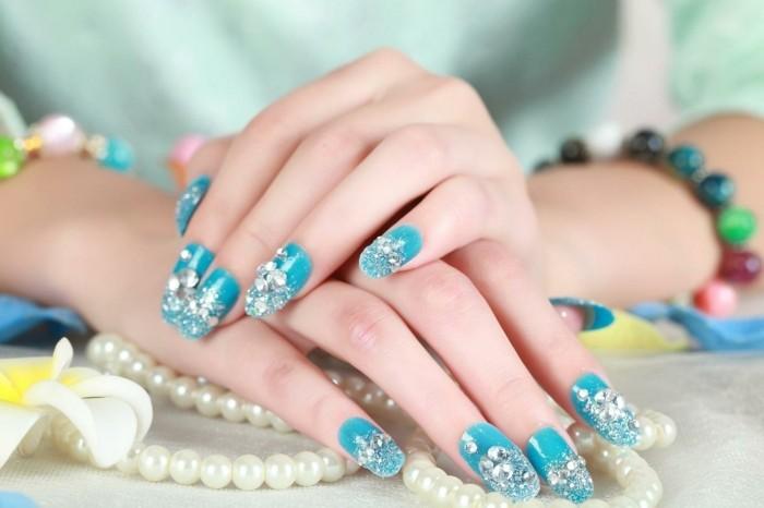 unghie-gel-brillantini-varie-forme-tutte-dita-smalto-azzurro-cielo-uniforme-lucido