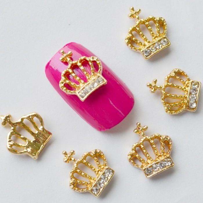 unghie-gel-con-brillantini-corone-dimensioni-grandi-decorazione-singola-base-smalto-fucsia-lucido