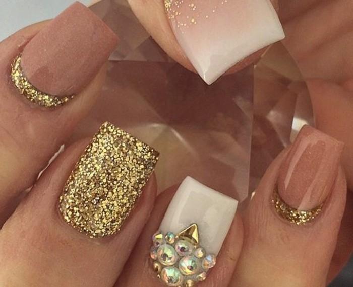 unghie-gel-con-brillantini-dorati-anulare-attorno-cuticole-perline-bianche-smalto-bianco-color-caramello