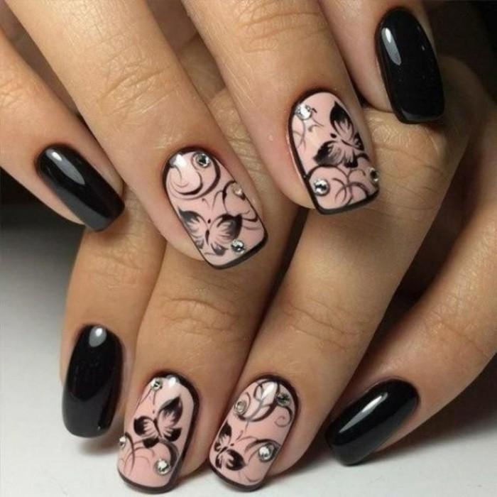 unghie-gel-con-brillantini-sparsi-anulare-medio-fondo-rosa-decorazioni-nere-farfalla-mignolo-indice-smalto-nero