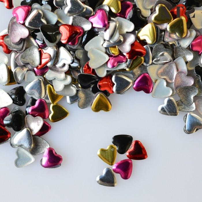 unghie-gel-con-brillantini-tanti-cuoricini-colori-brillanti-applicare-unghie-decorazioni-eleganti-romantiche