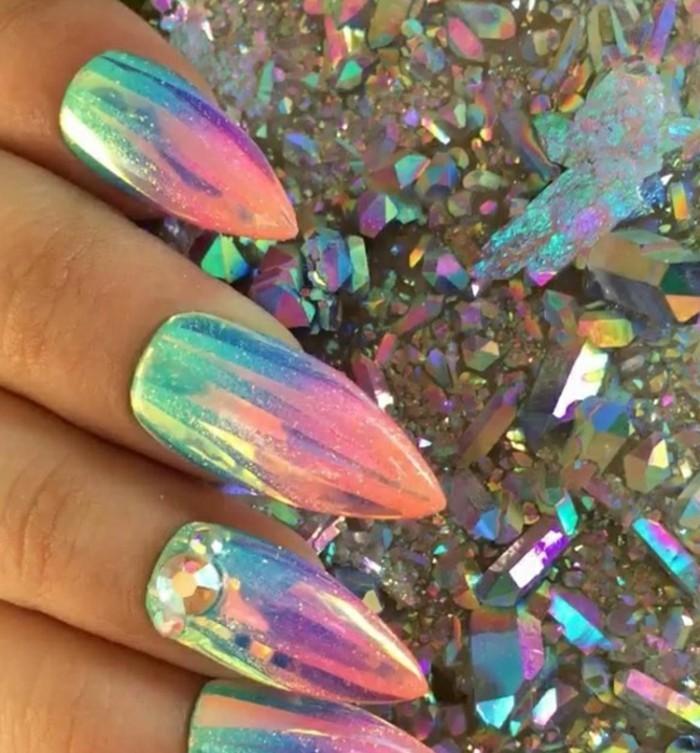 unghie-lunghe-appuntite-smalto-colori-cangianti-berde-azzurro-giallo