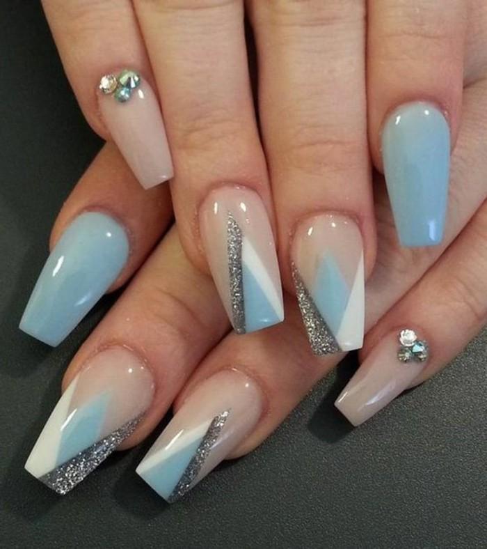 unghie-lunghe-quadrate-smalto-azzurro-chiaro-glitter-decorazioni-bianco-nero