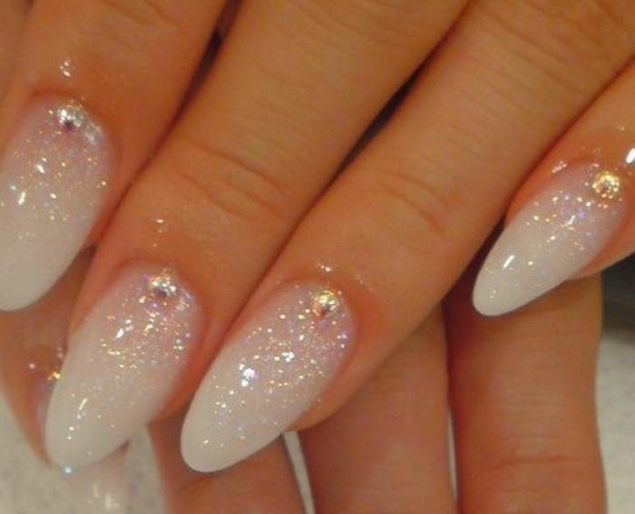 unghie-lunghe-smalto-glitterato-bianco-pietre-dorate-alto