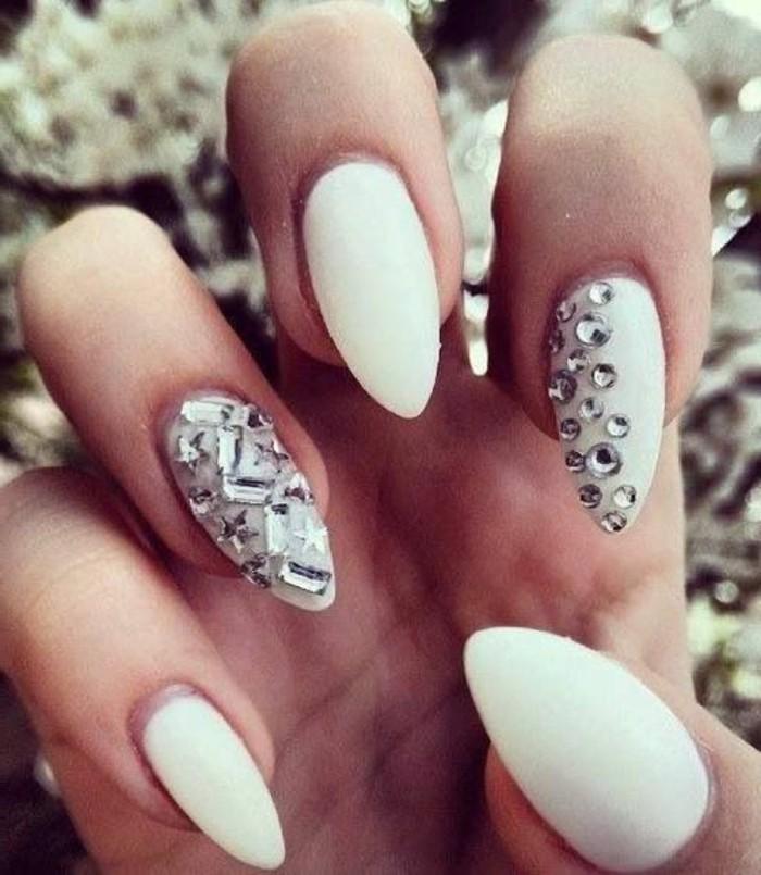 unghie-particolari-nail-art-brillanti-tondi-quadrati-decorazioni-indice-anulare-base-smalto-bianco-latte