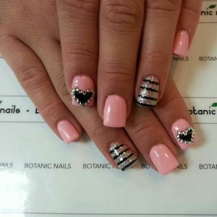 unghie-particolari-nail-art-brillantini-argento-contorno-cuore-nero-smalto-rosa-anulare-righe-nere-argento